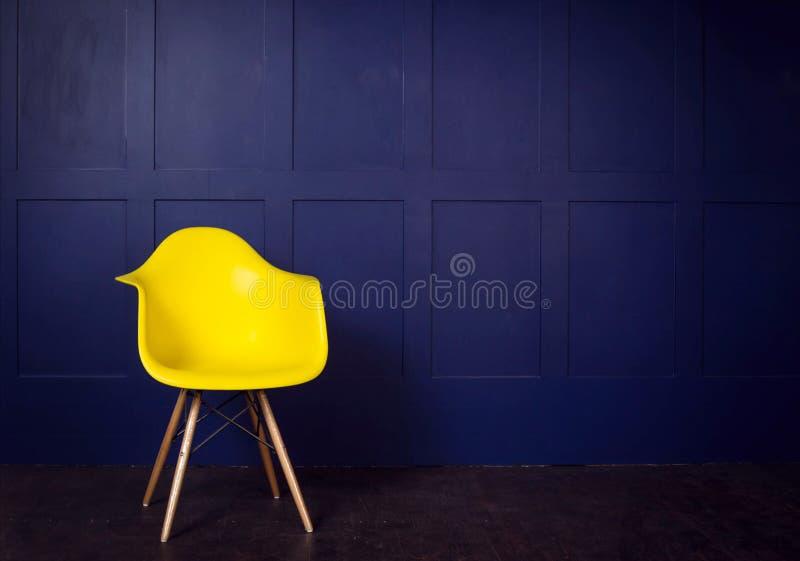 Escena del diseño interior con la silla amarilla en la pared azul fotos de archivo libres de regalías