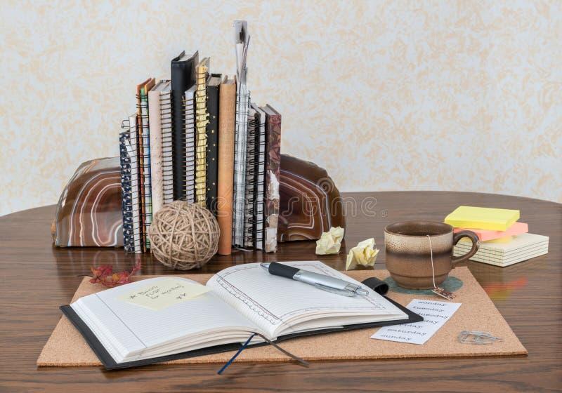 Escena del escritorio con el diario abierto imágenes de archivo libres de regalías