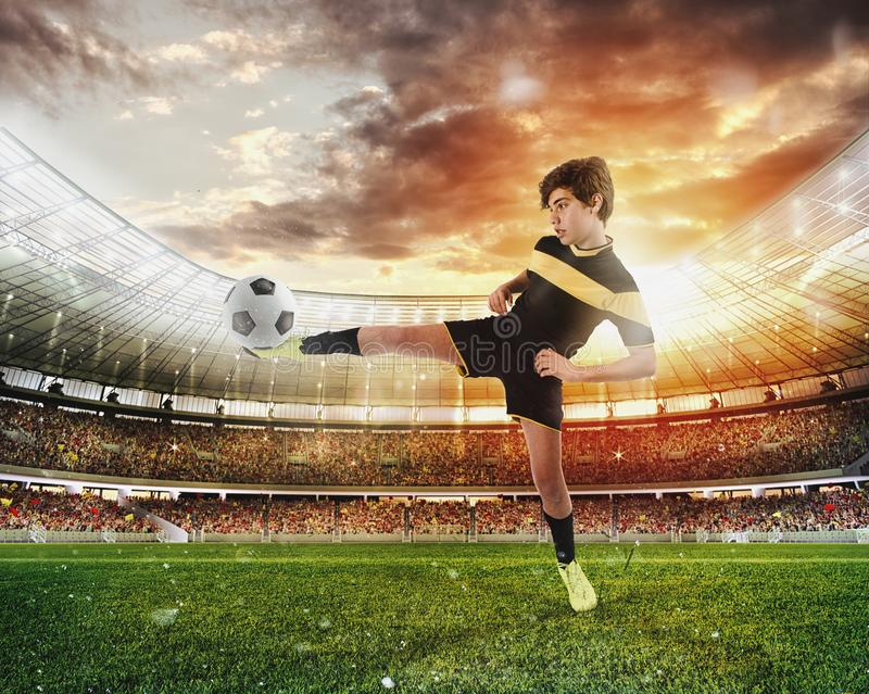 Escena del fútbol con los futbolistas jovenes competentes en el estadio fotografía de archivo libre de regalías