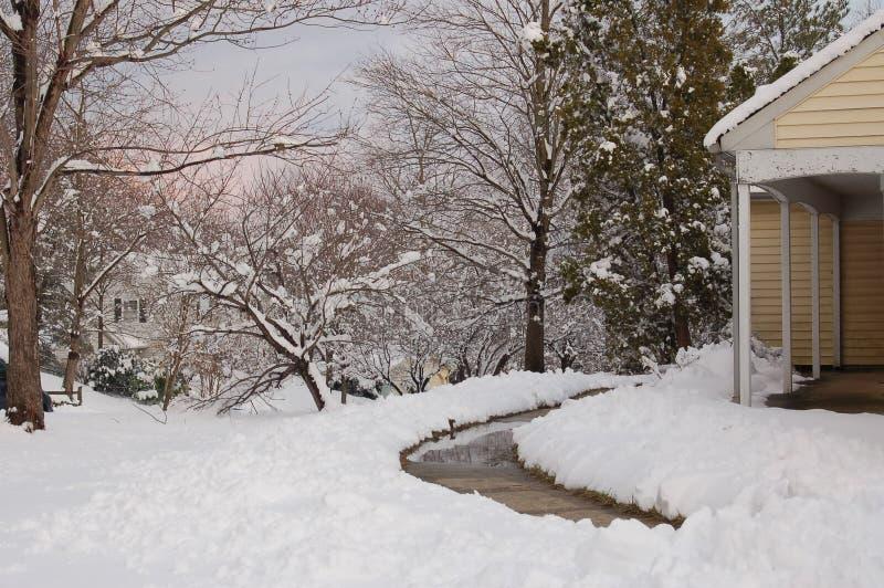 Escena del hogar y de la yarda del invierno cubierta con nieve imágenes de archivo libres de regalías