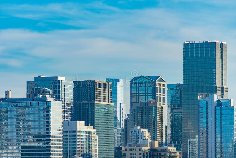 Escena del horizonte de Chicago en el río del norte y céntrico imagen de archivo