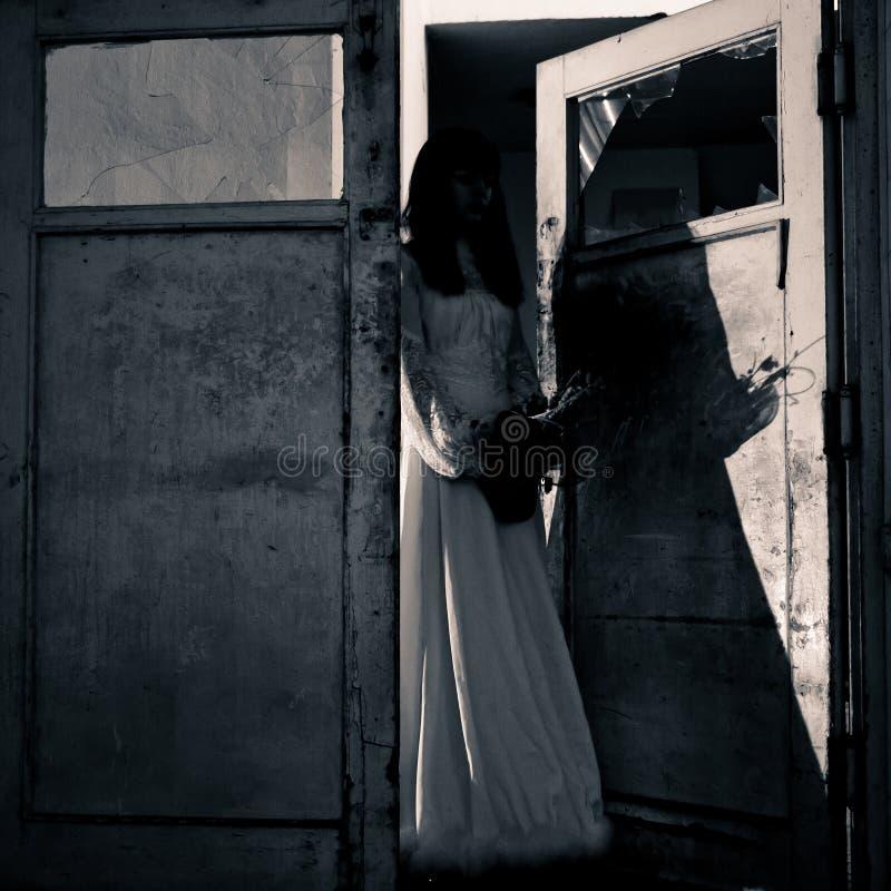 Escena del horror de una mujer asustadiza imagenes de archivo