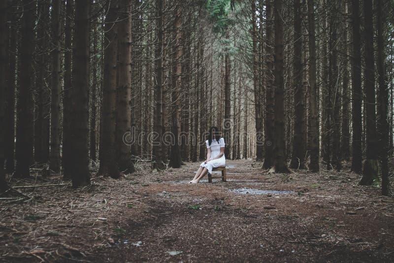 Escena del horror de una mujer asustadiza fotos de archivo