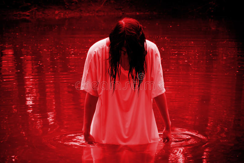 Escena del horror - mujer en el pantano imágenes de archivo libres de regalías