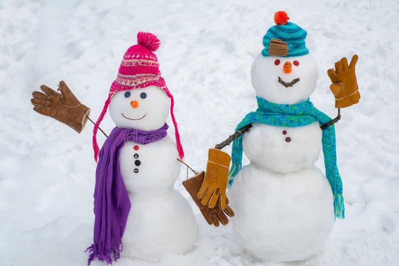 Escena del invierno con el mu?eco de nieve en el fondo blanco de la nieve Momentos íntimos para los amantes felices del muñeco de fotos de archivo libres de regalías