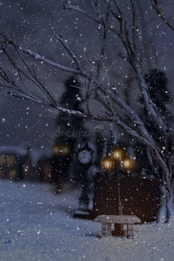 Escena del invierno con las lámparas de piedra del banco y de calle imagenes de archivo