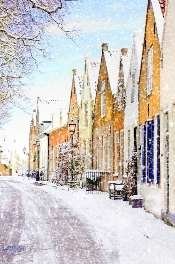 Escena del invierno con las nevadas pesadas en un pequeño pueblo en Holanda, Europa fotos de archivo