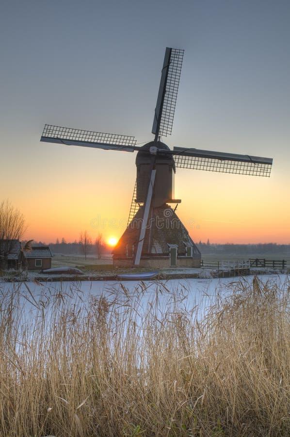 Escena del invierno de un molino de viento en los Países Bajos imágenes de archivo libres de regalías