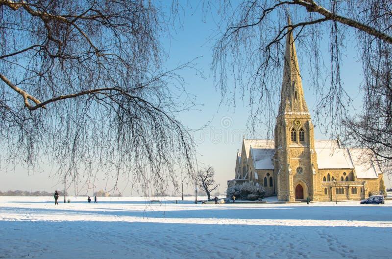Escena del invierno en toda la iglesia de los santos en Blackheath, Londres, Inglaterra imagen de archivo libre de regalías