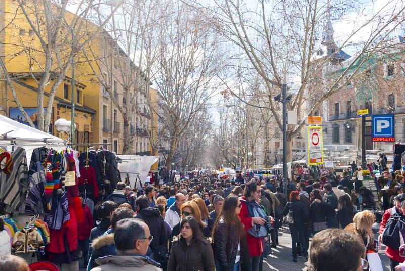 Escena del mercado de pulgas del EL Rastro en Madrid imagen de archivo
