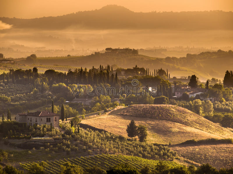 Escena del paisaje del pueblo de Toscana cerca de Volterra foto de archivo