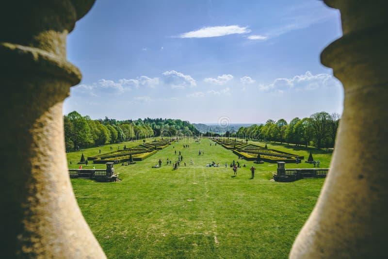 Escena del parque a través de columnas Cielo azul claro fotografía de archivo