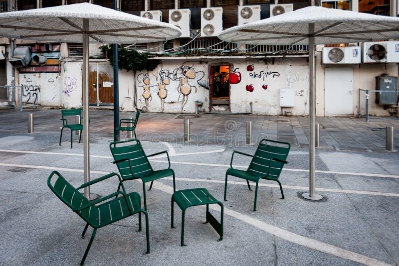 Escena del patio de la ciudad - tabla de la conversación para el café fotos de archivo libres de regalías