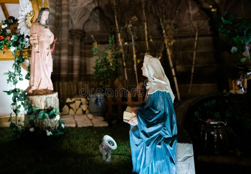 Escena del pesebre de la natividad en la catedral de Notre-Dame imagen de archivo