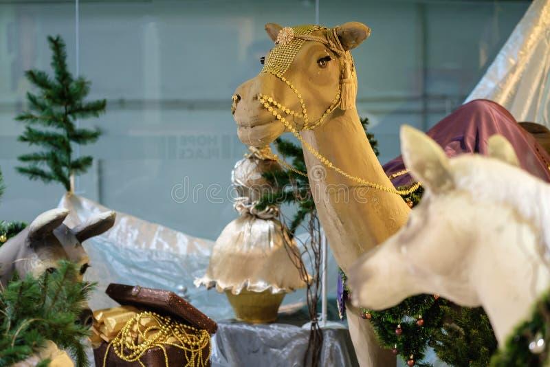 Escena del pesebre de la Navidad con los modelos incluyendo un pesebre vacío, Ca fotografía de archivo