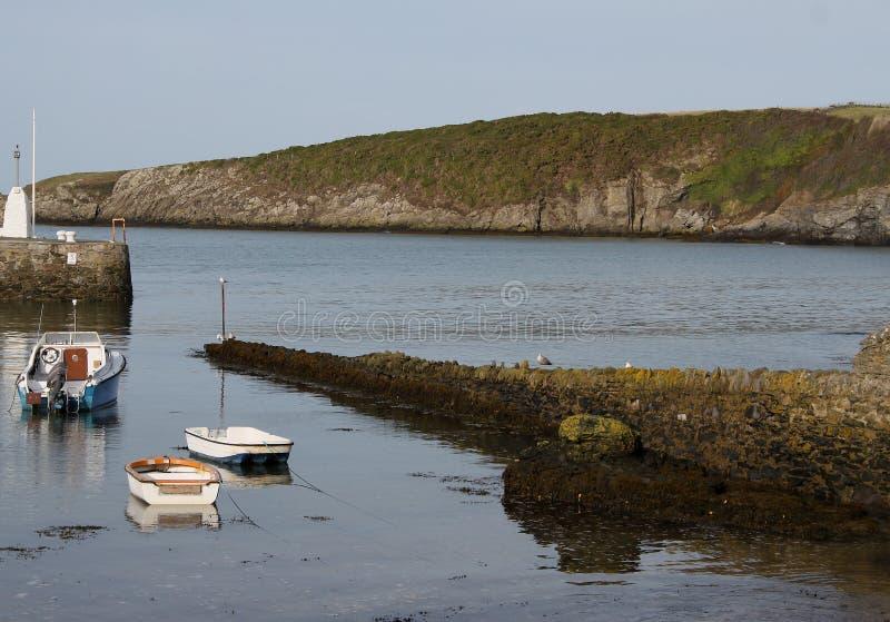 Escena del puerto, bahía de Cemeas, Anglesey fotografía de archivo