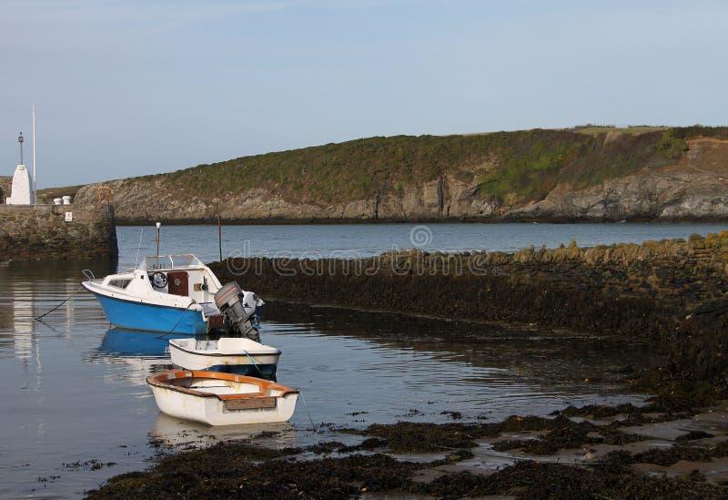 Escena del puerto, bahía de Cemeas, Anglesey imagen de archivo