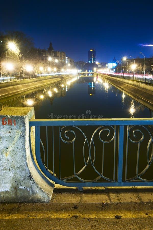 Escena del río de la ciudad en la noche imagen de archivo
