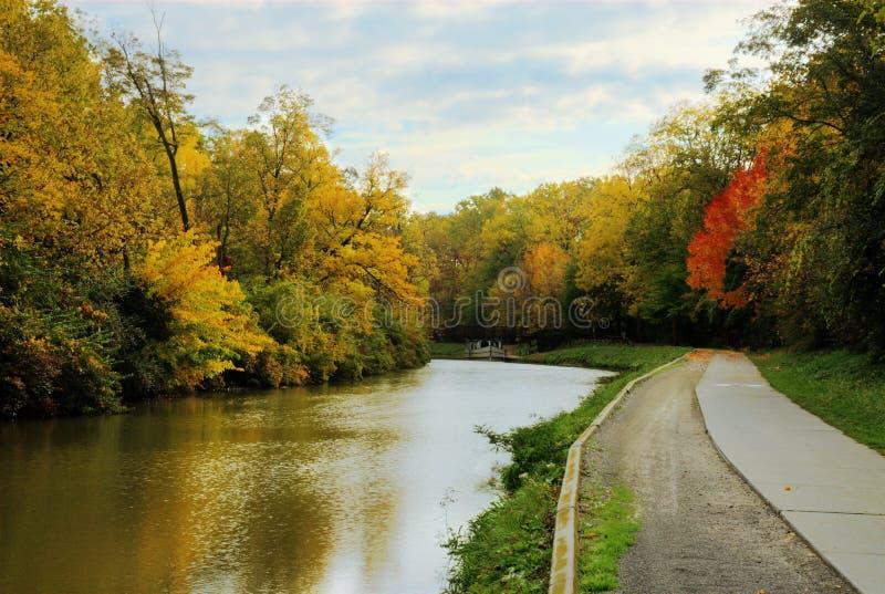 Escena del río del otoño fotos de archivo