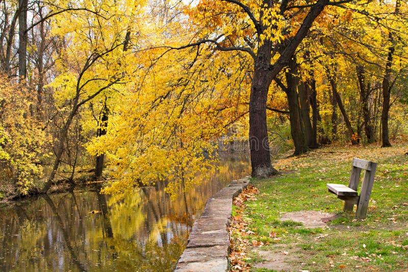 Escena del río del otoño foto de archivo