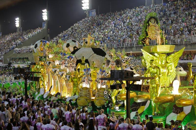 Escena del tema del fútbol en el desfile del estadio del carnaval de Sambodromo fotografía de archivo libre de regalías