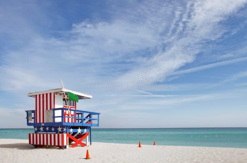 Escena del verano con una casa del salvavidas en Miami Beach fotos de archivo libres de regalías