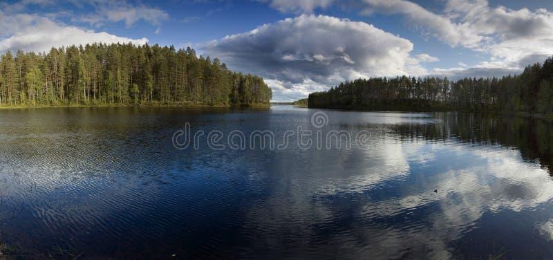 Escena del verano en el lago fotos de archivo