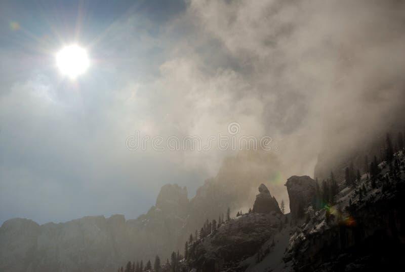 Escena dramática con el sol, las nubes y las rocas imagen de archivo libre de regalías