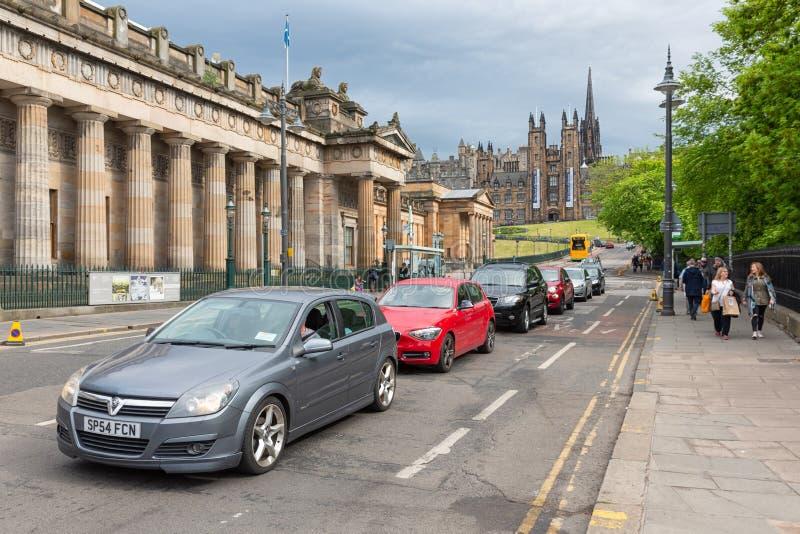 Escena Edimburgo de la calle cerca de la academia escocesa real con los coches y los peatones imagen de archivo