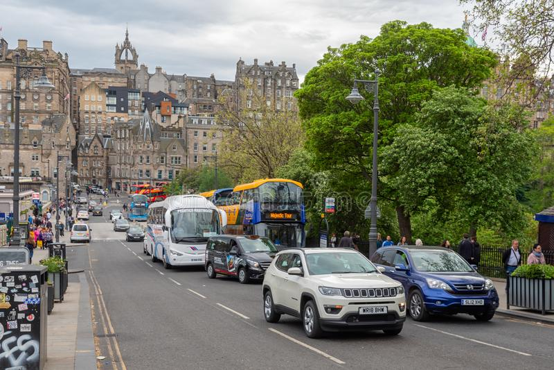 Escena Edimburgo de la calle cerca de la estación de Waverley con los coches y los peatones imagen de archivo