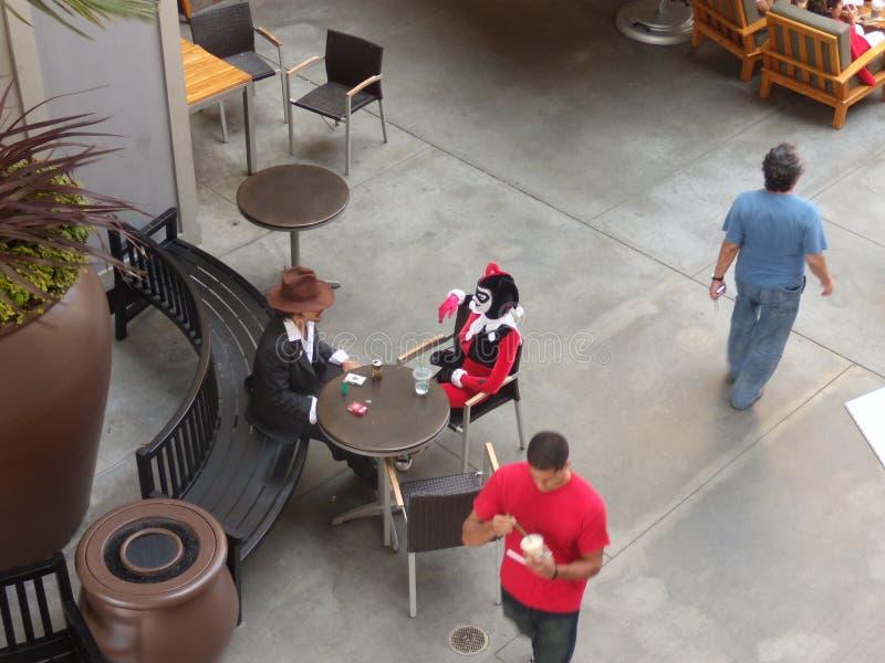 Escena en el café de la calle actores que toman el descanso para tomar café fotografía de archivo libre de regalías