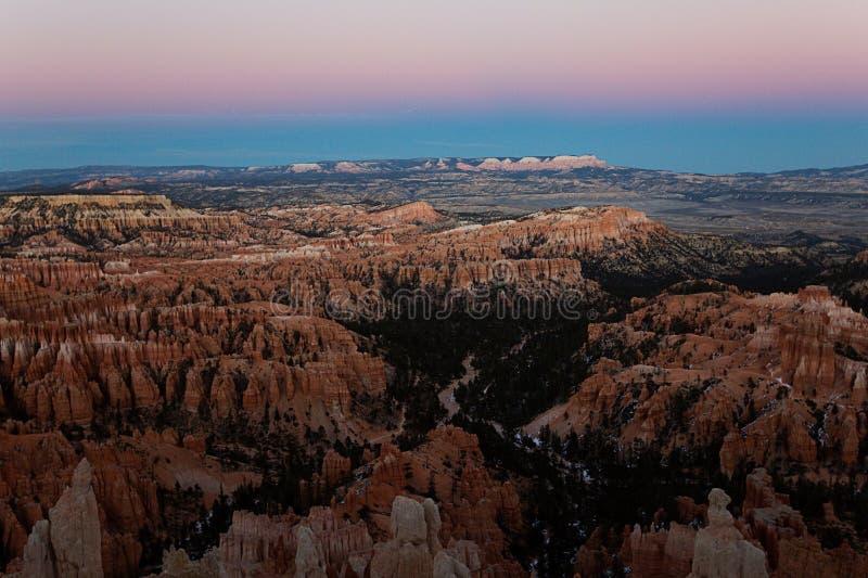 Escena en el parque nacional del barranco de Bryce en la puesta del sol en invierno imagenes de archivo