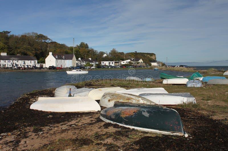 Escena en la bahía roja del muelle, Anglesey, País de Gales fotos de archivo