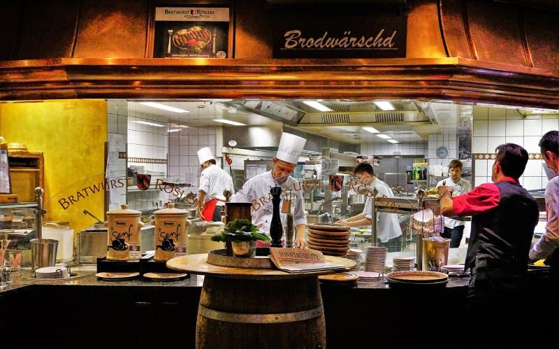 Escena famosa de la cocina del restaurante de Roslein de Bratwurst imagen de archivo libre de regalías