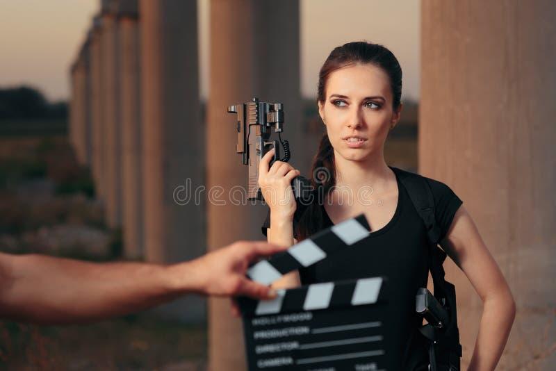 Escena femenina del tiroteo de la estrella de cine de la actriz del super héroe de la acción imagenes de archivo