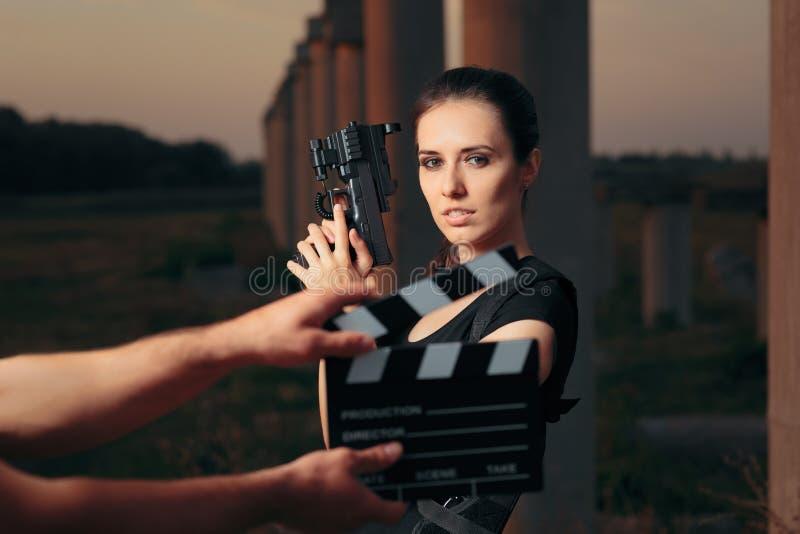 Escena femenina del tiroteo de la estrella de cine de la actriz del super héroe de la acción fotos de archivo libres de regalías