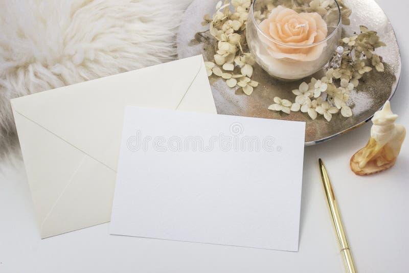 Escena femenina elegante de la maqueta de los efectos de escritorio con una tarjeta de felicitación del papel en blanco, accesori stock de ilustración