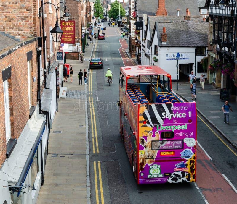 Escena general de la calle en Chester con el autobús de visita turístico de excursión fotos de archivo