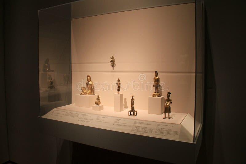 Escena hermosa de artefactos chinos en el caso de cristal grande, Cleveland Art Museum, Ohio, 2016 fotos de archivo libres de regalías