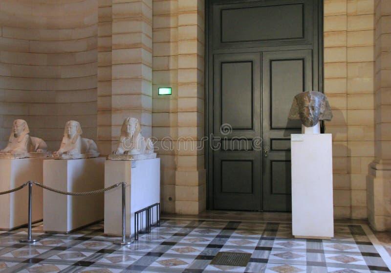 Escena hermosa de artefactos egipcios en uno de muchos vestíbulos, el Louvre, París, 2016 foto de archivo libre de regalías