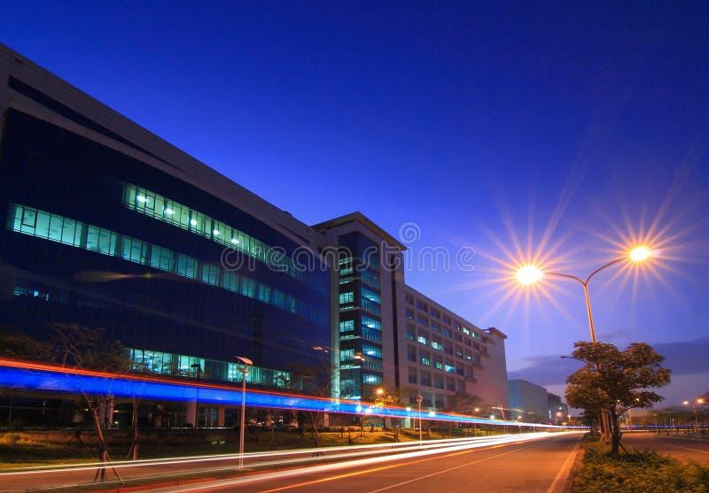 Escena hermosa de la noche de la fábrica de la tecnología fotos de archivo