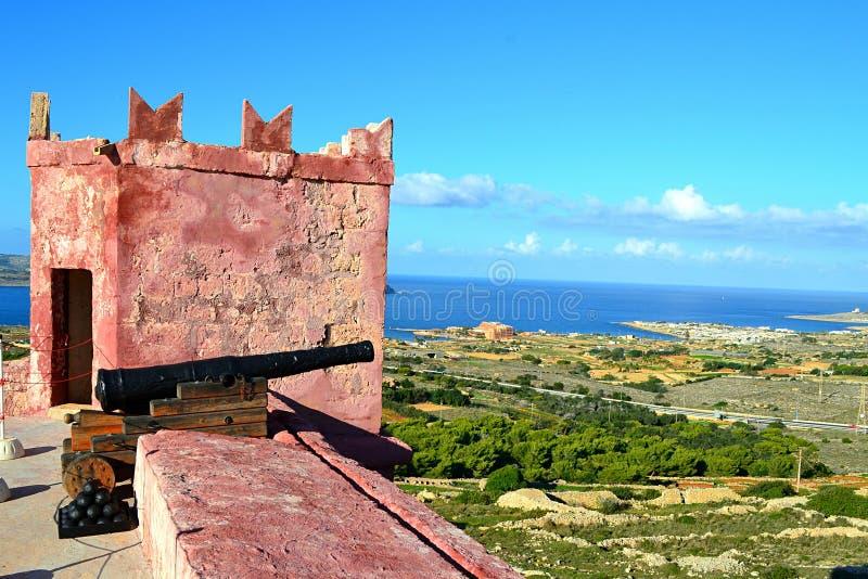 Escena hermosa de la torre roja al norte de Malta imagenes de archivo