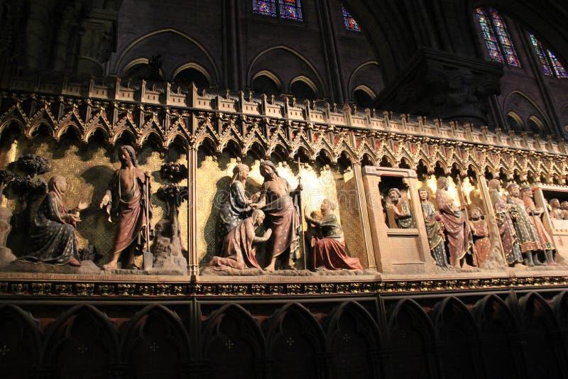 Escena hermosa de los murales religiosos de la pared dentro de Notre Dame Cathedral, París, Francia, 2016 imagen de archivo libre de regalías