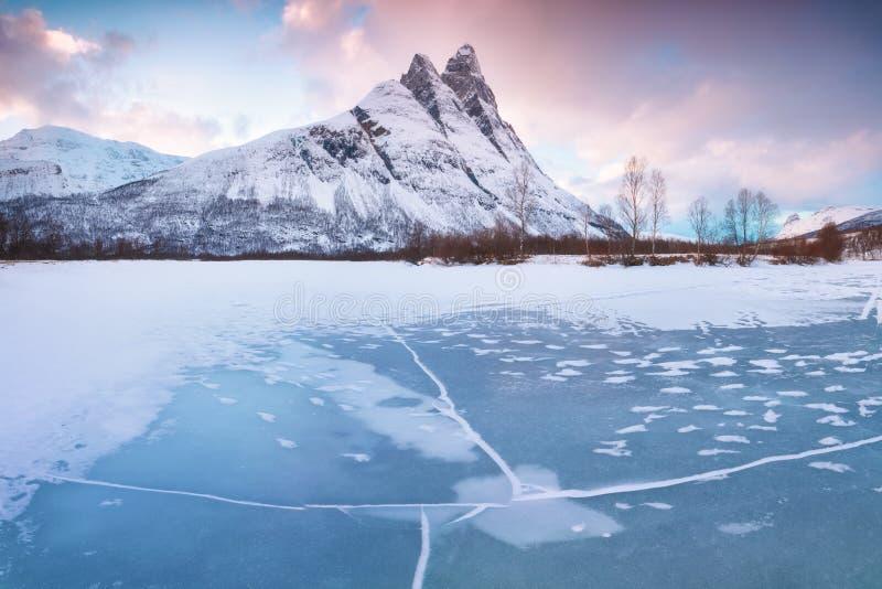 Escena hermosa del paisaje con el r?o de Signaldalelva y la monta?a de Otertinden en fondo en Noruega septentrional Puesta del so imagen de archivo