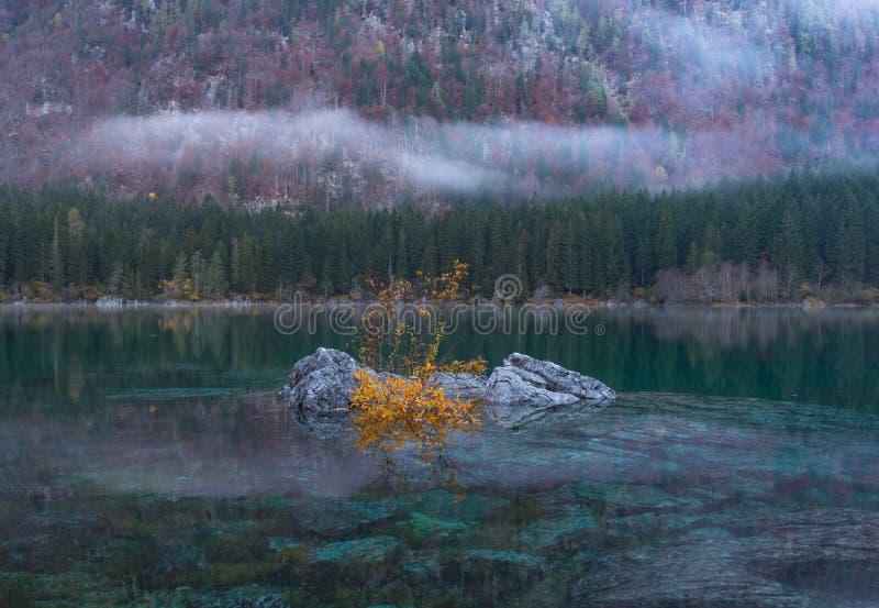 Escena hermosa en Lago di Fusine foto de archivo libre de regalías