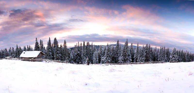 Escena hivernal dramática de la tarde del paisaje fantástico de la puesta del sol con la casa nevosa Cárpatos, Ucrania, Europa imágenes de archivo libres de regalías