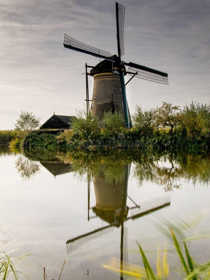 Escena holandesa de la granja del molino de viento de la escena de la granja del molino de viento del paisaje del río de la granj fotos de archivo