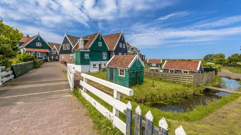 Escena holandesa típica del pueblo con las casas y el puente de madera sobre c imagen de archivo