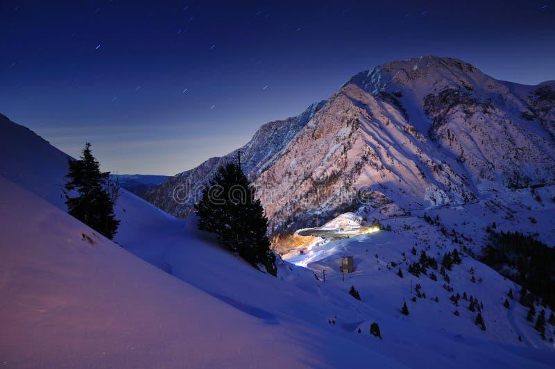 Escena iluminada por la luna de la montaña imágenes de archivo libres de regalías