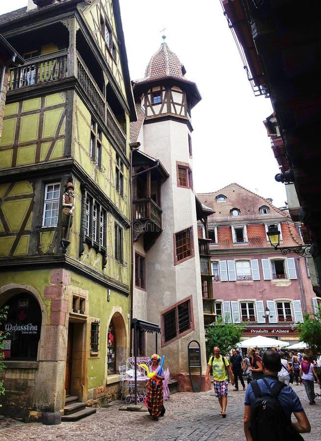 Escena medieval de la calle - Colmar, Alsacia, Francia foto de archivo libre de regalías